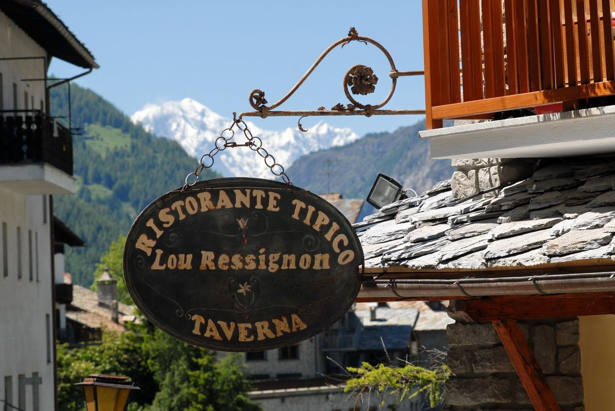 Sign of Lou Ressignon restaurant in Cogne